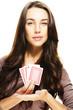 schöne frau präsentiert poker karten auf weissem hintergrund