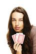 junge frau beim poker spielen auf weissem hintergrund