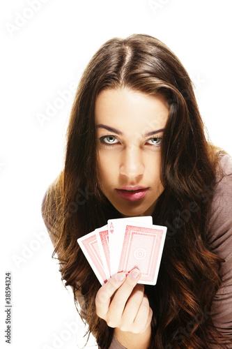 schöne frau spielt poker auf weissem hintergrund
