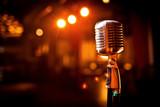 Retro mikrofon na scenie