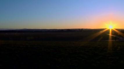 Flugzeug im Landeanflug vor der untergehenden Sonne