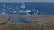 Flugzeug landet auf der Landebahn
