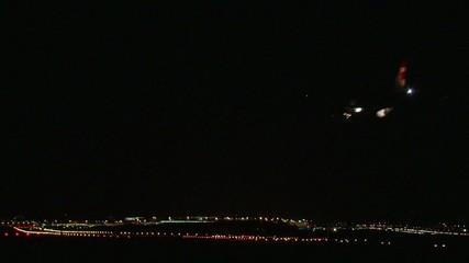 Flugzeug landet in der Nacht auf der Landebahn