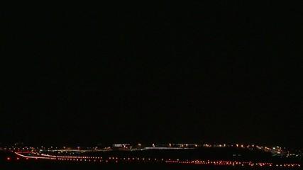 Landung eines Flugzeuges in der Nacht