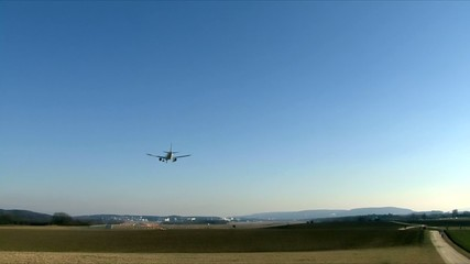 Flugzeug im Endanflug auf die Landebahn