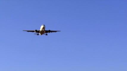Flugzeug im Endanflug auf den Flugplatz