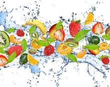 Świeże owoce w plusk wody, na białym tle