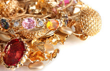Divers bijoux en or isolé sur fond blanc