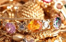 Divers bijoux en or gros plan
