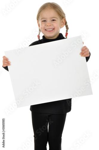 Kleines Mädchen mit leerem Schild