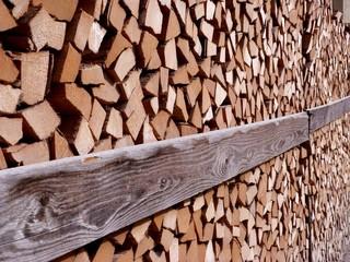 Holzstapel mit Sicherungsbrett