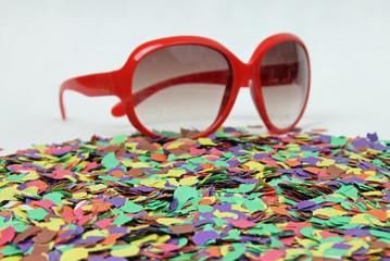konfetti und rote sonnenbrille