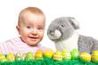 Kleinkind mit Osterhase und Ostereiern