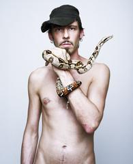 uomo con serpente