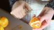 sbucciare arance