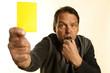 Schiedsrichter zeigt die gelbe Karte