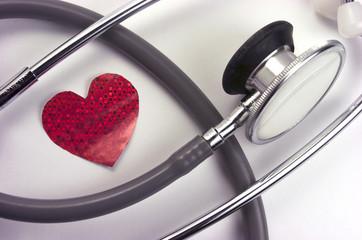Fonendoscopio, corazón rojo de papel, San Valentín.