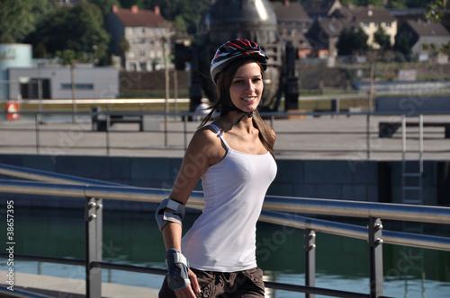 canvas print picture Maedchen mit Helm beim Inline-skaten