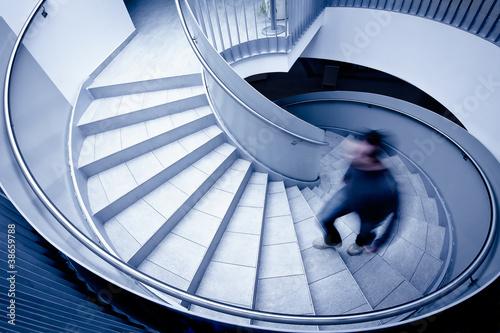Foto op Plexiglas Trappen Mann geht Stufen hoch