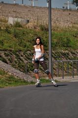 Eine junge Skaterin gibt Gas