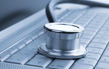 Nahaufnahme Stethoskop auf Computertastatur