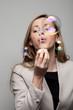 Frau pustet Seifenblasen