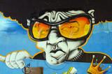 Graffiti cara con gafas.