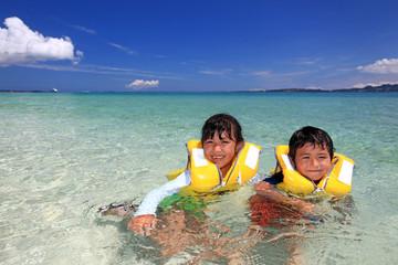 澄んだ海と笑顔の子供たち