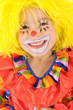 Kleines Mädchen im Clown-Kostüm