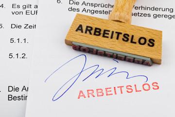 Holzstempel auf Dokument: arbeitslos