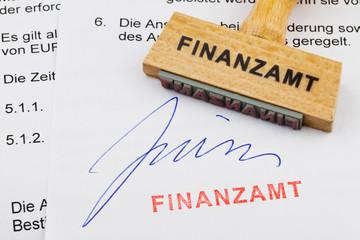 Holzstempel auf Dokument: Finanzamt