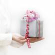 Frau überreicht Geschenk