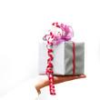 Frau präsentiert Geschenk auf der Hand
