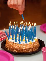 accendere le candeline della torta di compleanno