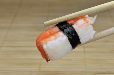 Sushi mit Esstäbchen Bambus
