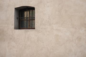 okno w ścianie