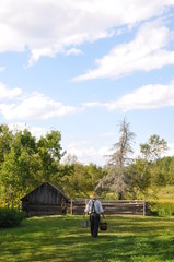 Agriculteur portant de l'eau aux animaux
