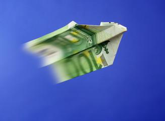 Ein 100 Euro Schein als Papierflugzeug gefaltet