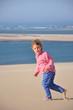 Fillette courant dans le sable