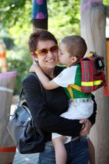 Eine Mutter holt Ihren 3-jaehrigen Sohn aus dem Kindergarten ab