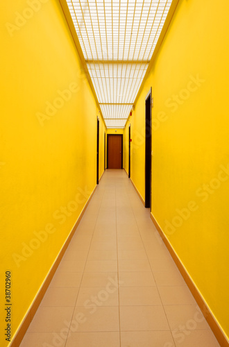 le couloir jaune de arnaudspani photo libre de droits 38702960 sur. Black Bedroom Furniture Sets. Home Design Ideas