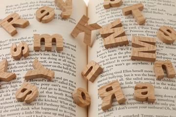 本の上のアルファベット(横)