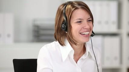 junge frau mit headset im call center