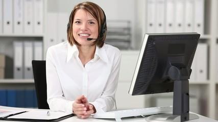 geschäftsfrau mit headset arbeitet am computer