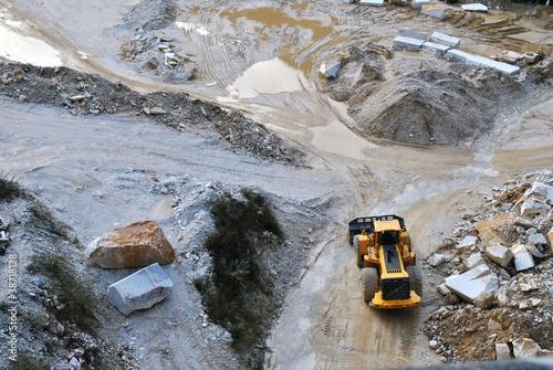 bulldozer a lavoro in cava