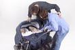 Eltern mit Zwillingstöchtern im Kinderwagen