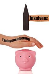 Sparschwein wird vor Hammer beschützt - Spareinlagensicherung