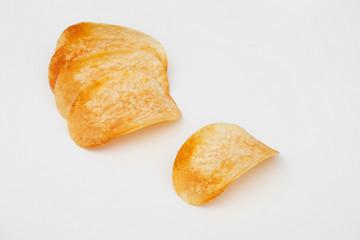 Patatine fritte su fondo bianco