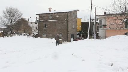 anziano sulla neve