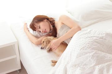 寝る若い女性